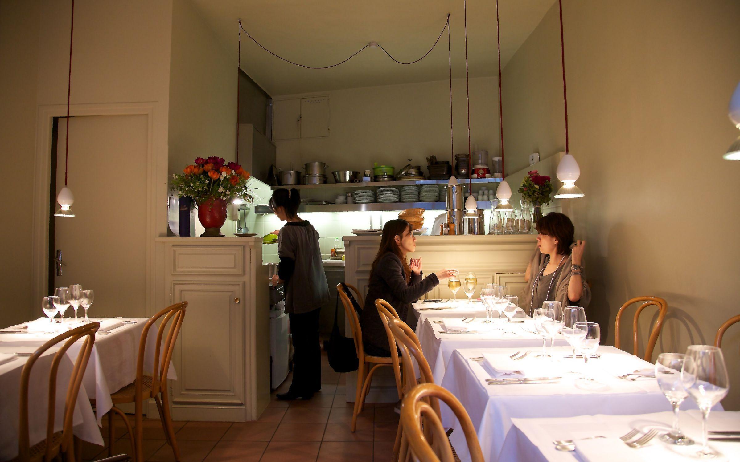 la table d 39 aki qli travel qli travel restaurants. Black Bedroom Furniture Sets. Home Design Ideas